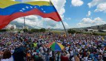 VENEZEULA: DUIZENDEN WITGEKLEDE VROUWEN LIEPEN PROTESTMARS TEGEN MADURO
